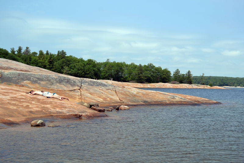 Twin Points Trail: The stone shore and the sun bathers